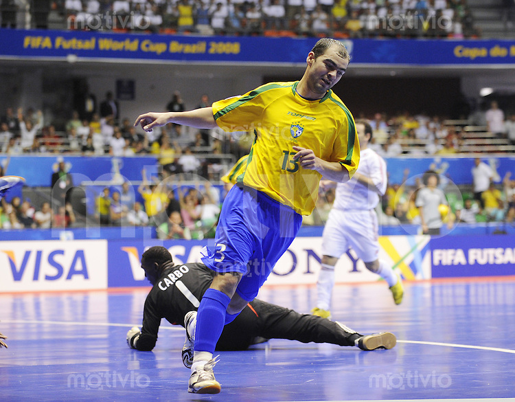Fussball  International  FIFA  FUTSAL WM 2008   08.10.2008 Vorrunde Gruppe A Brasilien - Cuba Brazil - Cuba Wilde (rechts, BRA) jubelt nach einem Tor gegen Wilfredo Carbo (CUB)