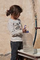 Tunisie Djiba Camp UNHCR de refugies libyens a la frontiere entre Tunisie et Libye   refugees camp  Tunisian and Libyan border  Tunisia campo profughi di Djiba al confine tra tunisia e Libia petite fille en attente de l'eau ....girl waiting for water....bambina in attesa di acqua alla fontana del campo