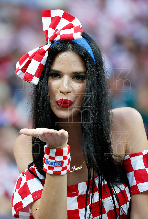 MOSCU - RUSIA, 11-07-2018: Un hincha de Croacia anima a su equipo durante partido de Semifinales entre Croacia y Inglaterra por la Copa Mundial de la FIFA Rusia 2018 jugado en el estadio Luzhnikí en Moscú, Rusia. / A fans of Croatia cheer for her team during the match between Croatia and England of Semi-finals for the FIFA World Cup Russia 2018 played at Luzhniki Stadium in Moscow, Russia. Photo: VizzorImage / Julian Medina / Cont