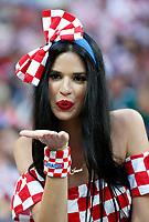 MOSCU - RUSIA, 11-07-2018: Un hincha de Croacia anima a su equipo durante partido de Semifinales entre Croacia y Inglaterra por la Copa Mundial de la FIFA Rusia 2018 jugado en el estadio Luzhnikí en Moscú, Rusia. / A fans of Croatia cheer for her team during the match between Croatia and England of Semi-finals for the FIFA World Cup Russia 2018 played at Luzhniki Stadium in Moscow, Russia. Photo: VizzorImage / Julian Medina / Cont