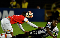 BOGOTA - COLOMBIA – 19 – 04 - 2017: Anderson Plata (Izq.) jugador de Independiente Santa Fe, disputa el balon con Bruno Henrique (Der.) jugador de Santos, durante partido entre Independiente Santa Fe de Colombia y Santos de Brasil, de la fase de grupos, grupo 2, fecha 3 por la Copa Conmebol Libertadores Bridgestone 2017, en el estadio Nemesio Camacho El Campin, de la ciudad de Bogota. / Anderson Plata (L) player of Independiente Santa Fe, fights for the ball with Bruno Henrique (R) player of Santos during a match between Independiente Santa Fe of Colombia and Santos of Brasil, of the group stage, group 2 of the date 3, for the Conmebol Copa Libertadores Bridgestone 2017 at the Nemesio Camacho El Campin in Bogota city. VizzorImage / Luis Ramirez / Staff.