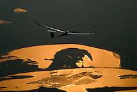 Discus2-18t: EUROPA, DEUTSCHLAND, HAMBURG, (EUROPE, GERMANY), 31.03.2007: Discus 2-18t, Segelflugzeug, Glasfaser, Europa, Deutschland, Hamburg, fliegen, fliegend, fliegende, fliegendes, Segelflieger, Flieger, Flug, Segelflug, Modelle, Segelflugzeug, Segelflugzeuge, Flugzeuge, Flugzeug, Typ, Fluegel, Flugsport, Freizeit, Hobby, segelfliegen, GFK, KFK, CFK, ueber der Elbe, Sonnenlicht auf dem Wasser, Reflektion  # aircraft, aircrafts, airman, airplane, aviation, aviator, aviators, blade, bluer,  europe, fad, flight, flyer, flyers, flying, flying one, free time, germany, glider, gliding, grand, grand piano, hamburg, heaven, hobby, jib topsail, mock-up, mock-ups, model, models, sail flies, sitter, sky, spare time, type, wing, winging, wings  Aufwind-Luftbilder, Luftbild, Luftaufname, Luftansicht.c o p y r i g h t : A U F W I N D - L U F T B I L D E R . de.G e r t r u d - B a e u m e r - S t i e g 1 0 2, .2 1 0 3 5 H a m b u r g , G e r m a n y.P h o n e + 4 9 (0) 1 7 1 - 6 8 6 6 0 6 9 .E m a i l H w e i 1 @ a o l . c o m.w w w . a u f w i n d - l u f t b i l d e r . d e.K o n t o : P o s t b a n k H a m b u r g .B l z : 2 0 0 1 0 0 2 0 .K o n t o : 5 8 3 6 5 7 2 0 9.C o p y r i g h t n u r f u e r j o u r n a l i s t i s c h Z w e c k e, keine P e r s o e n l i c h ke i t s r e c h t e v o r h a n d e n, V e r o e f f e n t l i c h u n g  n u r  m i t  H o n o r a r  n a c h M F M, N a m e n s n e n n u n g  u n d B e l e g e x e m p l a r !.