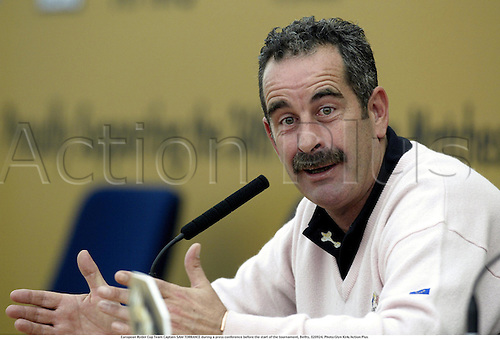 European Ryder Cup Team Captain SAM TORRANCE during a press conference before the start of the tournament, Belfry, 020924. Photo:Glyn Kirk/Action Plus...microphone.conferences.golf golfer golfers.2002.portrait portraits.head shot headshot
