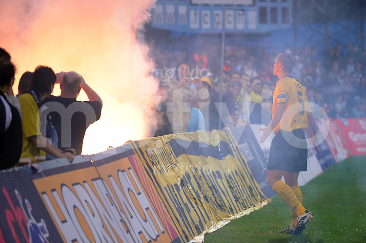 Fussball   UHRENCUP 2008/2009  12.07.2008 FC Basel  -  Borussia Dortmund Dortmunder Fans zuenden Feuerwerkskoerper (li) BVB Kapitaen Sebstian Kehl versucht die Fans zu Beruhigen