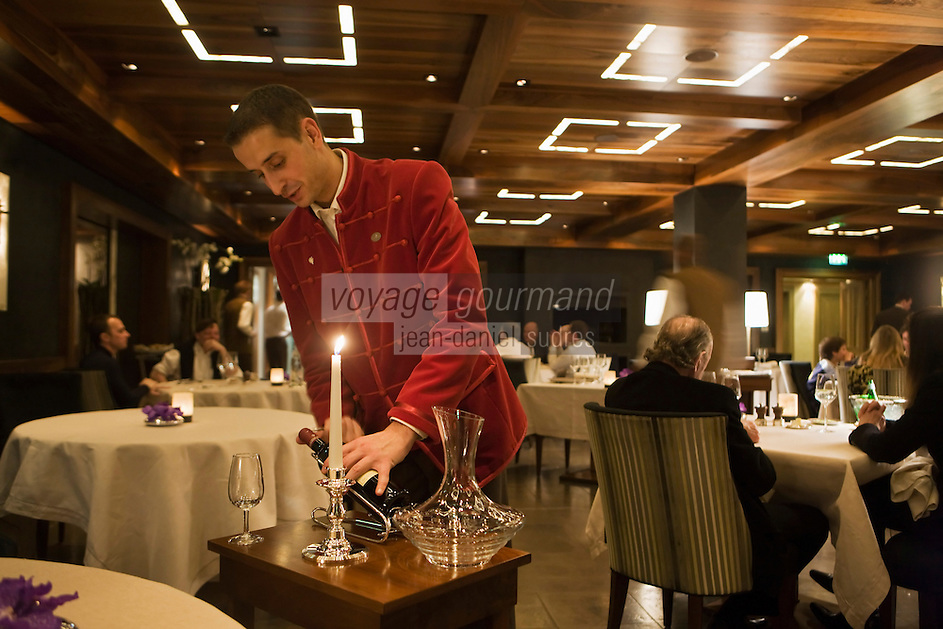Europe/France/Rhone-Alpes/73/Savoie/Courchevel: Restaurant: Le 1947, au Cheval Blanc managé par Yannick Alleno- Service du vin par le sommelier [Non destiné à un usage publicitaire - Not intended for an advertising use]