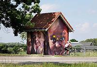 Nederland Breukelen - 2020. Beschilderd transformatorhuisje. De kunstenaars Lennaert Koorman en Robert Rost van het kunstcollectief Monkidoe zijn de makers van de gezichten op het elektriciteitshuisje in Breukelen.  Foto Berlinda van Dam / Hollandse Hoogte