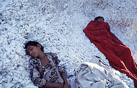 INDIA Madhya Pradesh , exhausted child labourer sleeping in cotton at the ginning unit Chapra Ltd. / INDIEN Madhya Pradesh , erschoepfte Jungen schlafen in Baumwolle in der Entkernungsfabrik Chapra Ltd.