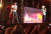 """CURITIBA, PR, 21 DE OUTUBRO DE 2012 – MUNHOZ E MARIANO – Apresentação da dupla Munhoz e Mariano<br /> na """"Festa Tudo de Bom"""" da Rádio 98 FM. O festival, que reuniu mais de 30 apresentações sertanejas e de pagode aconteceu no domingo (21), no Estádio Vila Capanema, em Curitiba. (FOTO: ROBERTO DZIURA JR./ BRAZIL PHOTO PRESS)"""