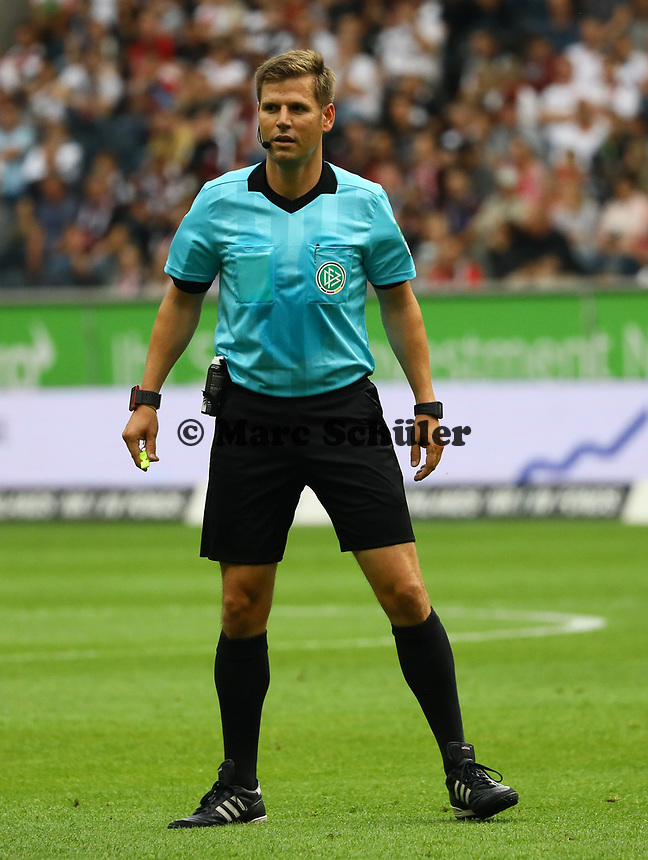 Schiedsrichter Frank Willenborg - 01.09.2019: Eintracht Frankfurt vs. Fortuna Düsseldorf, Commerzbank Arena, 3. Spieltag<br /> DISCLAIMER: DFL regulations prohibit any use of photographs as image sequences and/or quasi-video.