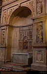 Piccolomini Altar, Andrea Bregno 1481-86, Lateral Niche Sculptures St. Peter St. Augustine St. Paul St. Gregory by Michelangelo Buonarroti 1501-1504, Cathedral of Siena, Santa Maria Assunta, Siena, Italy