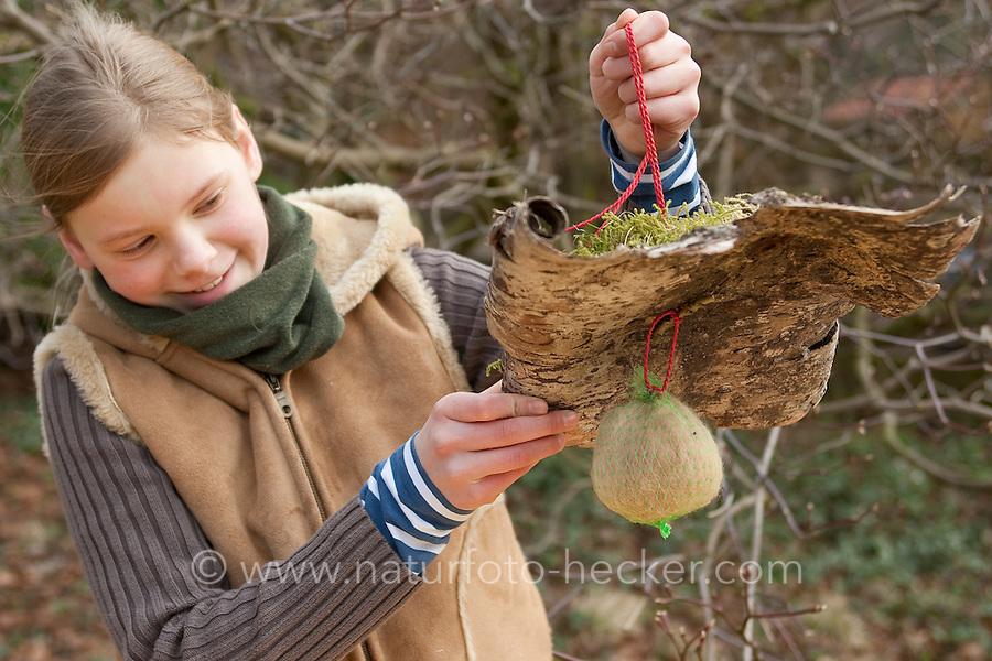 Hundehaare werden im Garten angeboten, dazu werden sie in einem Netz verpackt und regengeschützt aufgehängt, sie können Vögeln als weiches Nist-Material dienen