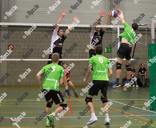 2016-11-12 / Volleybal/ seizoen 2016-2017 / Mendo - Pervol Ruiselede / Simon Hollevoet (11) en Maarten Vaneenooghe(3) proberen de smash van Christophe Witvrouwen (Mendo) te onderscheppen  ,Foto: Mpics.be