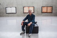 ED RUSCHA, Reading Ed Ruscha, Kunsthaus Bregenz. He is one of the best-known artists of his generation, eludes established categories. Assigned to pop art at the start of his career and later on to conceptual art, today it is clear that one of the qualities of Ed Ruscha's work is its never confining itself to one style or medium. Artist books, drawings, prints, photography, and painting are used in parallel, for instance, together with materials as unconventional as gunpowder, fruit juice, coffee, and syrup in producing his drawings and prints.