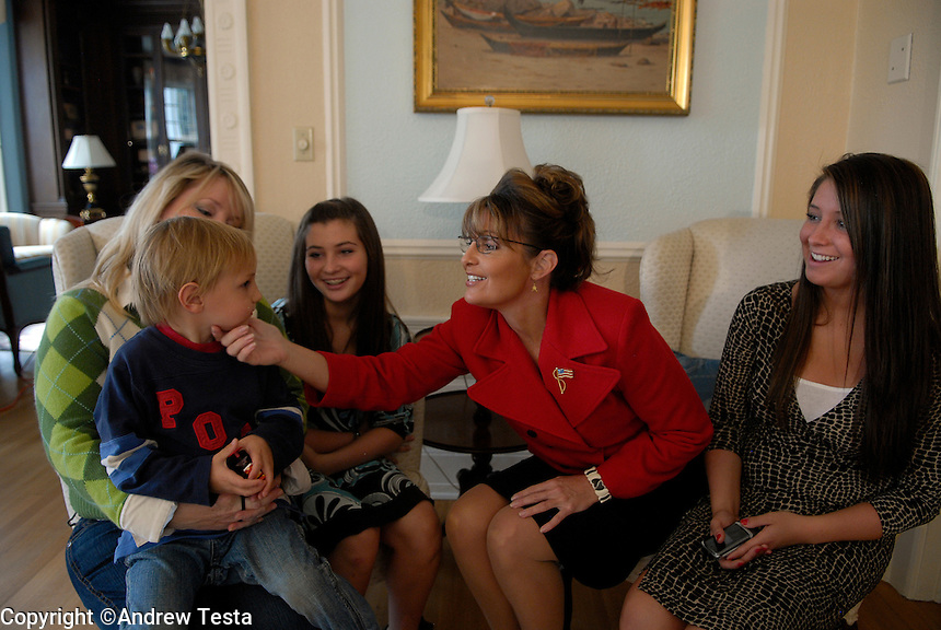 USA. Juneau.13th September 2007.Left to right:  Molly, the Governor's sister, with her son Heath, Willow Palin, Sarah Palin (Governor) and Bristol Palin. The Governor shares a joke with her family at they wait for official portraits to be taken at the Governor's mansion in Juneau..©Andrew Testa/Panos