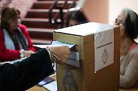 BUENOS AIRES, ARGENTINA, 27.10.2013 - ELEICOES LEGISLATIVAS ARGENTINA - Eleitores durante votacao nas eleicoes legislativas em Buenos Aires capital da Argentina neste domingo, 27. (Foto: Patricio Murphy / Brazil Photo Press).