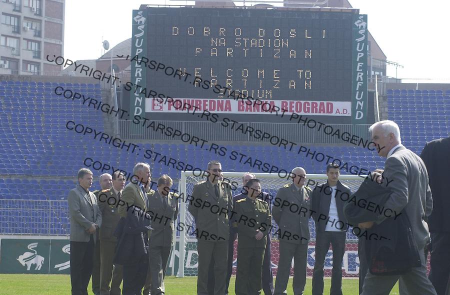 SPORT FUDBAL PARTIZAN Strane vojne delegacije i atasei u obilasku objekata fudbalskog kluba Partizan, Beograd 16.03.2004. foto: Pedja Milosavljevic<br />