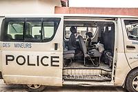 Children police, No vidomegon, bambine liberati dal lavoro minorile sul pullmann della polizia.