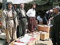Iran 2004.<br /> Sanandaj: au march&eacute; les vendeurs de cigarettes de contrebande.<br /> Iran 2004.<br /> Sanandaj: selling smuggling cigarettes in the market