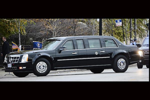CHG07. CHICAGO (EE.UU.), 25/10/2012.- La limosina del presidente de los Estados Unidos, Barack Obama llega hoy, jueves 25 de octubre de 2012, al centro comunitario Martin Luther King en el vecindario de Bronzeville de Chicago (EE.UU.). Obama se convirtió en el primer presidente en ejercicio que hace uso de su derecho por adelantado y no espera al día de la elección para acudir a las urnas. EFE/TANNEN MAURY..