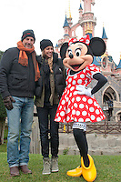 Kevin Costner goes  to Disneyland Paris with his wife & children - France