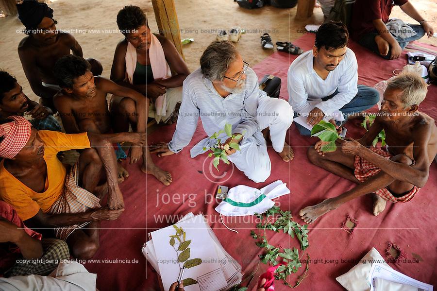 INDIA Chhattisgarh, Prof. Anil Gupta and NGO SRISTI discover on the walking tour Shodh Yatra local knowledge and inventions in the tribal villages of Bastar, Gupta and traditional healer / INDIEN Chhattisgarh , Prof. Anil Gupta und sein Team der NGO SRISTI erforschen lokales Wissen, Biodiversitaet und Erfindungen der lokalen Bevoelkerung auf der Shodh Yatra einer Wandertour durch Adivasi Doerfer in der Bastar Region, Medizinmann des Dorfes erklaert Nutzung der Heilpflanzen