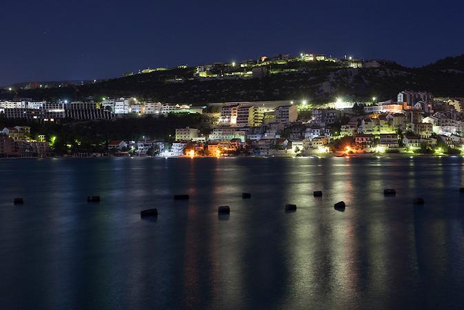 Neum bei Nacht / Neum at night<br />Der kleine Ort Neum liegt in Bosnien-Herzegovina und bildet den einzigen Zugang zum Meer des Balkanlandes. Auf einer L&auml;nge von 9 km durchschneidet der Ort das kroatische Staatsgebiet (Neum-Korridor) Seit dem EU-Beitritt Kroatiens ist Neum auf beiden Seiten von EU-Au&szlig;engrenzen eingeschlossen. / The small city of Neum in Bosnia and Herzegovina is the only place in Bosnia, where the country has access to the adriatic sea. Over a length of 9 kilometers the area cuts Croatian territory in two pieces. Since Croatia became part of the European Union, the city of Neum is enclosed between two EU-boarders.