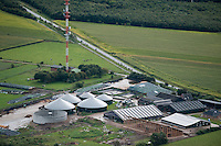 DEUTSCHLAND, Luftaufnahmen von Biogasanlagen und Solardaechern auf landwirtschaftlichen Hoefen in Schleswig-Holstein | GERMANY aerial view of biogas plant and solar roofs on farms  in Northern Germany