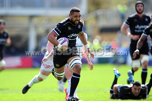 Taulupe Faletau of Bath Rugby goes on the attack. European Rugby Challenge Cup Quarter Final, between Bath Rugby and CA Brive on April 1, 2017 at the Recreation Ground in Bath, England. Photo by: Patrick Khachfe / Onside Images