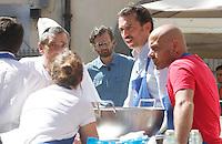 NAPOLI PIAZZA SAN DOMENICO MAGGIORE REGISTRAZIONE DI UNA PUNTATA DELLA TERZA SERIE DI MASTERCHEF ITALIA <br /> NELLA FOTO CARLO CRACCO CON I CONCORRENTI<br /> FOTO CIRO DE LUCA