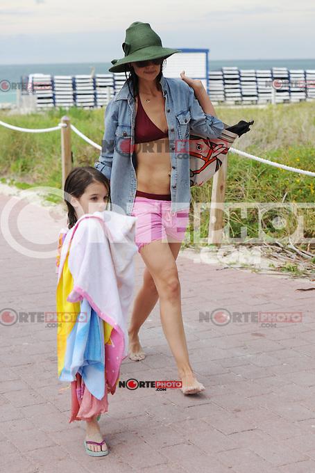 2011*0618: Suri Cruise visto con una mujer desconocida  en Miami Beach, Florida. (Foto: Mpi04/MediaPunch/NortePhoto.com*)<br /> ***SOLO*VENTA*EN*MEXICO***