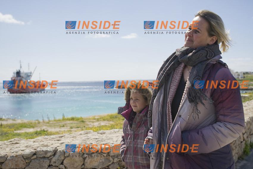Tina Rothkamm insieme alla figlia Emira, cittadine tedesche arrivate sull isola due notti fa a bordo di un barcone di profughi partito dalla citta di DGerba  in Tunisia...Tina divorziata dal marito tunisino era andata in Tunisia per riprendere la loro figlia Emira e riportarla con lei in Germania...Madre e figlia lascerannop Lampedusa oggi pomeriggio...Lampedusa 08 Marzo 2011...Photo Serena Cremaschi Insidefoto..........
