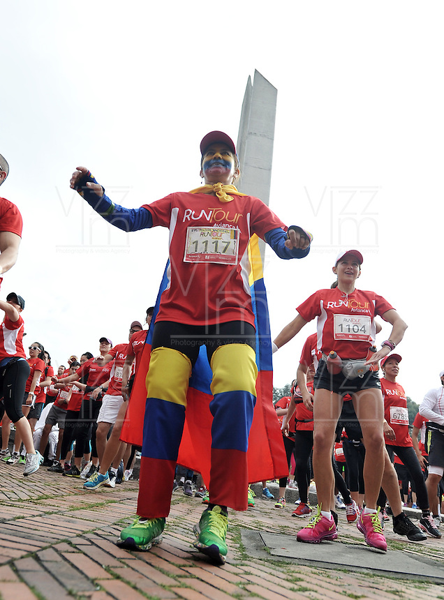 BOGOTA – COLOMBIA – 16-03-2013: Cerca de 10000 atletas participaron en la segunda versión del Avianca RunTour 2014, por las calles de Bogota. Avianca impulsado a promover el atletismo como deporte universal, al tiempo contribuye a la salud de los niños de escasos recursos económicos que requieren atención medica y quirúrgica especializada, es asi como Avianca entrega a la Fundacion Cardio Infantil los dineros recaudados para la dotación de la Unidad de Cuidados Intensivos de Neonatos. / Nearly 10,000 athletes participated in the second version of Avianca RunTour 2014, in the streets of Bogota. Avianca driven to promote athletics as universal sport, while contributing to the health of children of low income who require specialized medical and surgical care, is also Avianca delivery to the Fundacion Cardio Infantil, the monies raised for the endowment of the unit Neonatal Intensive Care. Photo: VizzorImage / Luis Ramirez Staff.