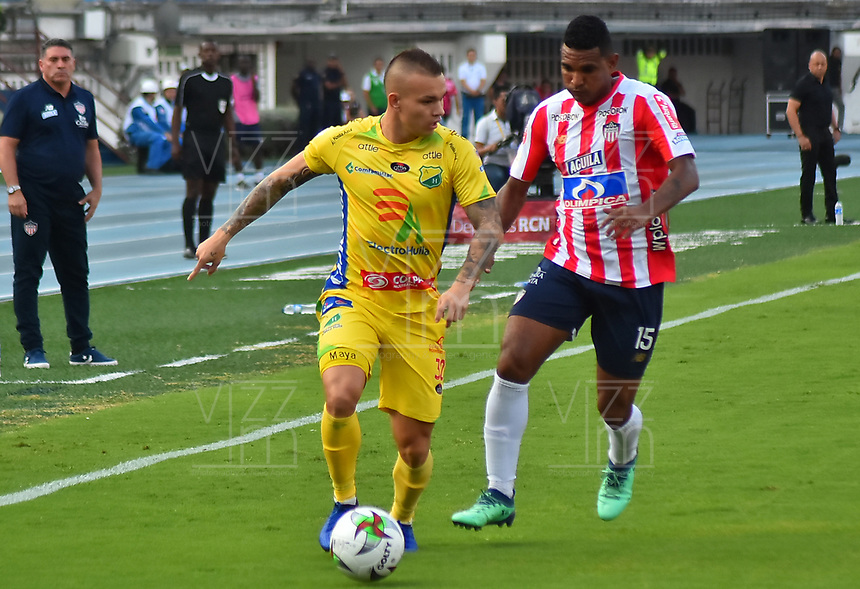 BARRANQUILLA- COLOMBIA, 24-03-2019:Luis Narváez (Der.) jugador del Atlético Junior disputa el balón con Tomás Maya (Izq.) Jugador del Atlético Huila  durante partido por la fecha 11 de La Liga Aguila I 2019 ,jugado en el estadio Metropolitano Roberto Meléndez de la ciudad de Barranquilla / Luis Narvaez (R) player of Atletico Junior  vies for the ball with Tomas Maya (L) of Atletico Huila  during match for the date 11 as part Aguila League I 2019 between Atletico Junior and  Atletico Huila played at Metropolitano Roberto Melendez  stadium in Barranquilla city.  Photo: VizzorImage /Alfonso Cervantes / Contribuidor