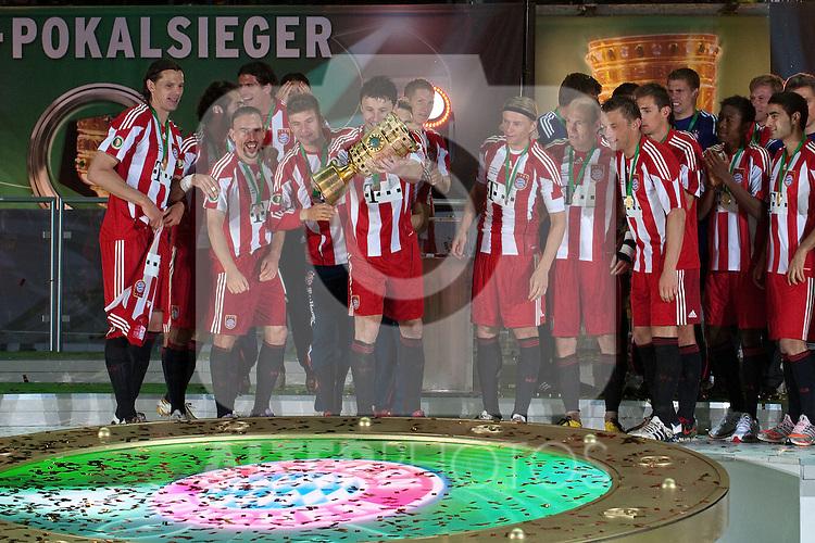 15.05.2010, Olympia Stadion, Berlin, GER, DFB Pokal Finale 2010,  Werder Bremen vs Bayern Muenchen im Bild  Mark van Bommel (Bayern #17) jubelt mit der Mannschaft ueber den Pokalsieg..Foto © nph / Kokenge