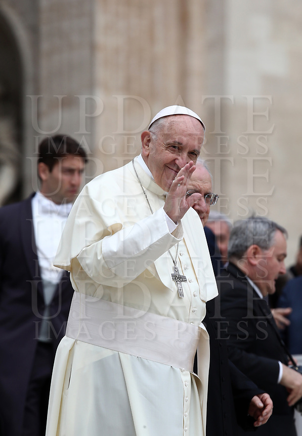 Papa Francesco saluta i fedeli al termine dell'udienza generale del mercoledi' in Piazza San Pietro, Citta' del Vaticano, 18 aprile, 2018.<br /> Pope Francis waves to faithful at the end of his weekly general audience in St. Peter's Square at the Vatican, on April 18, 2018.<br /> UPDATE IMAGES PRESS/Isabella Bonotto<br /> <br /> STRICTLY ONLY FOR EDITORIAL USE