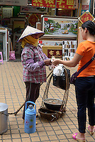 ambulante Essensverkäuferin in Sanya auf der Insel Hainan, China<br /> food vendor in Sanya,  Hainan island, China