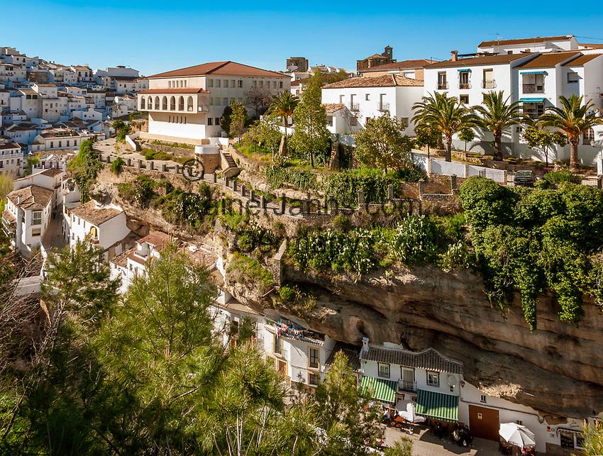 Spanien, Andalusien, Provinz Málaga, Setenil de la Bodegas: weisses Dorf am Fusse der Sierra de las Salinas | Spain, Andalusia, Setenil de la Bodegas: pueblo blanco at Sierra de las Salinas mountains
