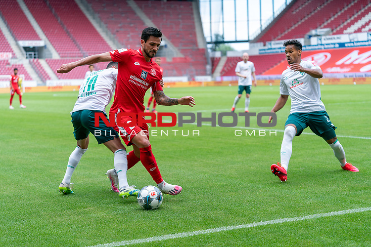 Danny Latza (FSV Mainz 05 #06), Leonardo Bittencourt  (Werder Bremen #10) Theodor Gebre Selassie (Werder Bremen #23)<br /> <br /> <br /> Sport: nphgm001: Fussball: 1. Bundesliga: Saison 19/20: 33. Spieltag: 1. FSV Mainz 05 vs SV Werder Bremen 20.06.2020<br /> <br /> Foto: gumzmedia/nordphoto/POOL <br /> <br /> DFL regulations prohibit any use of photographs as image sequences and/or quasi-video.<br /> EDITORIAL USE ONLY<br /> National and international News-Agencies OUT.