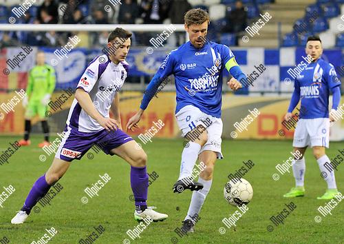 2016-04-02 / voetbal / seizoen 2015-2016 / ASV Geel - Patro Eisden / Jo Christiaens (r) (Geel) aan de bal met achter hem Frédéric Farin (l) (Patro Eisden)