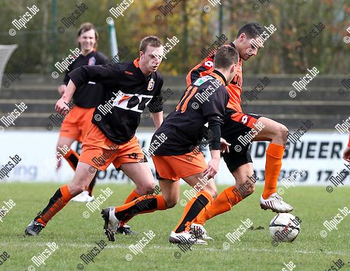 2010-04-05 / Voetbal / seizoen 2009-2010 / Willebroek-Meerhof - Deinze / Rachid El Barkaoui (W-M) staat er alleen voor..Foto: Mpics