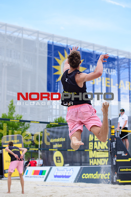 26.07.2020, Düsseldorf / Duesseldorf, Merkur Spiel-Arena<br /> Beachvolleyball, comdirect Beach Tour, Road to Timmendorfer Strand, Simon Pfretzschner /  Milan Sievers vs. Georg Wolf / Peter Wolf <br /> <br /> Aufschlag / Service Simon Pfretzschner<br /> <br />   Foto © nordphoto / Kurth