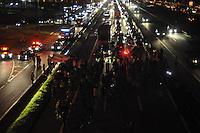 GUARULHOS,SP, 17.03.2016 - PROTESTO-DILMA - Manifestantes realizam um protesto na Rodovia Presidente Dutra, em Guarulhos, na noite desta quinta-feira (17), depois da nomeação do ex-presidente Luiz Inácio Lula da Silva como Ministro Chefe da Casa Civil, no governo de Dilma Rousseff. O grupo pede também pelo impeachment da presidente. (Foto: Renato Gizzzi/Brazil Photo Press)