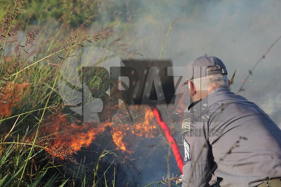 MOGI DAS CRUZES,SP,27 DE OUTUBRO 2011 - INCENDIO - Bombeiros tentam controlar fogo que atingiu uma area de aproximadamente 6 mil metros quadrados no bairro do Rodeio em Mogi Das Cruzes SP no início da tarde desta quinta feira(27). FOTO: WARLEY LEITE - NEWS FREE