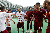 Calcio, Serie A: Lazio vs Roma. Roma, stadio Olimpico, 25 maggio 2015.<br /> Roma's Francesco Totti, center, celebrates with teammates at the end of the Italian Serie A football match between Lazio and Roma at Rome's Olympic stadium, 25 May 2015. Roma won 2-1.<br /> UPDATE IMAGES PRESS/Riccardo De Luca