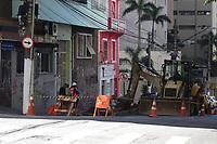 SÃO PAULO, SP, 01.08.2019 - CIDADE-SP - Operários da prefeitura de São Paulo trabalham na conservação de calçadas na Rua Frei Caneca, região central da cidade, nesta quinta-feira, 1. (Foto: Charles Sholl/Brazil Photo Press)