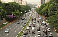 SAO PAULO, SP, 28 JANEIRO 2012 - TRANSITO EM SAO PAULO -  Volta as aulas faz com que haja aumento de veiculos no sentido zona sul da 23 de Maio na regiao do Paraiso na regiao central da capital paulista nessa segunda, 28. (FOTO: LEVY RIBEIRO / BRAZIL PHOTO PRESS)