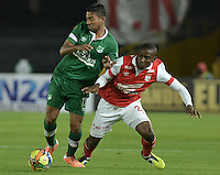 BOGOTÁ -COLOMBIA, 15-02-2014. Dairon Mosquera (Der.) jugador de Independiente Santa Fe disputa el balón con Sergio Esteban Romero (Izq.) jugador del Deportivo Cali durante partido de la quinta fecha de la Liga Postobon I 2014, jugado en el estadio Nemesio Camacho El Campin de la ciudad de Bogota. / Dairon Mosquera (R) player of Independiente Santa Fe vies for the ball with Sergio Esteban Romero (L) players of Deportivo Cali during a match for the fifth date of the Liga Postobon I 2014 at the Nemesio Camacho El Campin Stadium in Bogota city. Photo: VizzorImage/ Gabriel Aponte / Staff