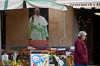 Portacomaro Immagine del Papa in un negozio di frutta e verdura