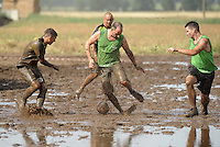 5. Matschfussball-Meisterschaft in Woellnau. Auf zwei gefluteten Aeckern wird alljaehrlich in Wöllnau (Woellnau) bei Eilenburg der Deutsche Matschfussball-Meister gesucht. Waehrend bei den Herren zehn Teams um die Schale kaempften, stritten bei den Damen vier Teams um die Ballnixe.  Ein feutfroehliches und dreckiges Spektakel, dass gut 1000 Besucher in die Duebener Heide gelockt hat. Am Ende durften bei den Herren das City Bootcamp jubeln. Sie verteidigten den Pott, bezwangen im Finale Battaune mit 3:2. Bei den Damen siegten die Volleyballerinnen aus Priestäblich (Priestaeblich).  im Bild:  Finalspiel: Battaune gegen das Citybootcamp (gruene Leibchen).  Foto: Alexander Bley