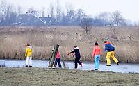Nederland Zaanstad 2018 .  Gezin schaatst in de Kalverpolder. Foto Berlinda van Dam / Hollandse Hoogte